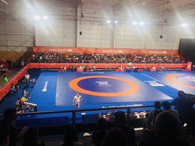 #BuenosAires2018 Dejamos Parque Sarmiento y llegamos al Parque Olímpico, donde en minutos Linda Machuca va por el 🥇en lucha estilo libre en la categoría hasta 73 contra la cubana Milaims Marín Potrille #Lucha Foto