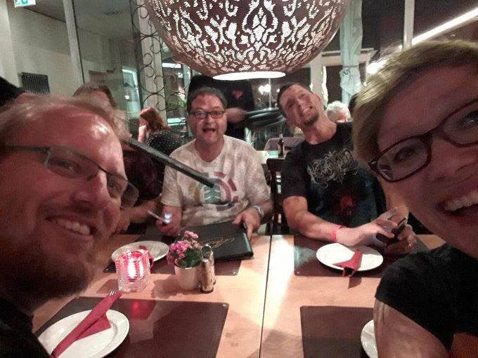 #BuCon is family! Ausbeute von @fantasyautor und @EleaBrandt und jetzt Essen mit netten Leuten. Foto