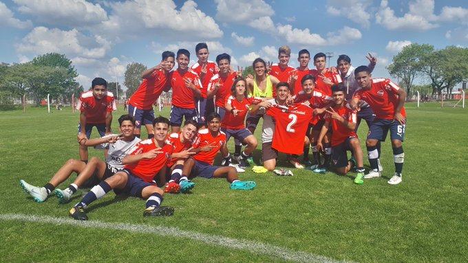 ¡Gran victoria en #Novena! Los mas chicos superaron 2-1 a @CARPoficial con dos goles de Nicolás Castagno 👏 #TodoRojo 🔴 Foto