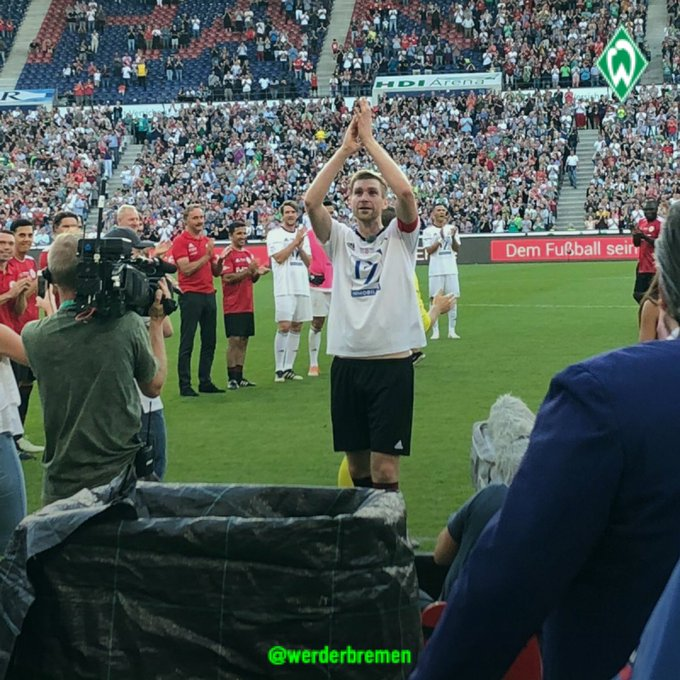 Mertesacker comes off for his old man, and so ends the playing career of a world champion 🏆 Thank you for all the brilliant moments in a #Werder shirt, Per. 💚 #MertesHomecoming Foto