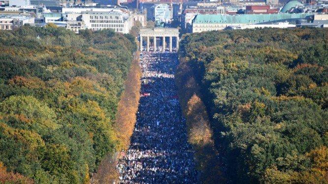 'Unidos contra o racismo', alemães protestam contra a extrema direita. https://t.co/KA1mTlw6j8