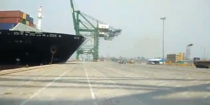 #JNPT: A container ship hit the jetty and caused damage at JNPT (Jawaharlal Nehru Port) in #NaviMumbai. Photo