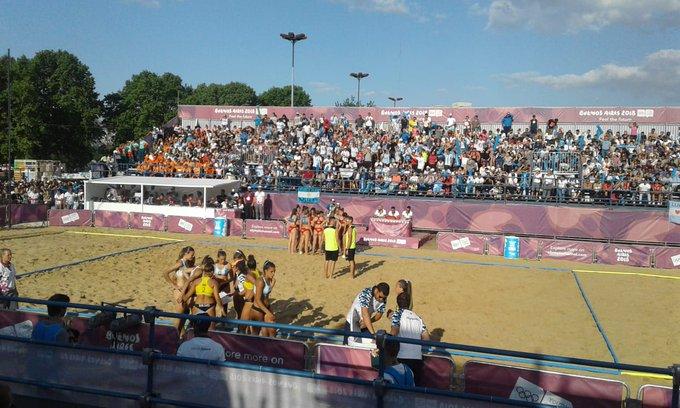 #BeachHandball Primer set para las @KamikazesBH 14-10 ante Croacia. Las chicas buscan la medalla dorada. Foto