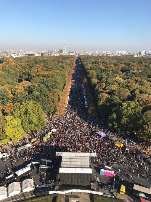 (1/2) Die #unteilbar-Demo war eine der größten in der Geschichte der Bundesrepublik. Berlin war schön, und zwar politisch schön. Hier war Gutmensch kein Schimpfwort, sondern Auftrag: Gegen Extremismus jeglicher Couleur die Stirn bieten ... Foto
