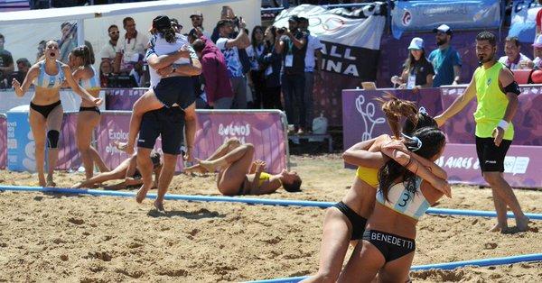 Kamikazes doradas: las chicas argentinas del beach handball son campeonas olímpicas Foto