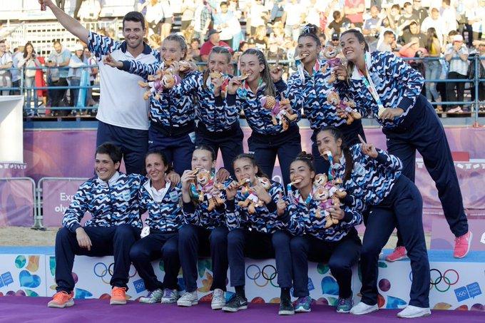 Primera medalla dorada 🏅para Mar del Plata en @BuenosAires2018 a través de Jimena Riádigos y Las Kamikazes en #BeachHandball Orgullo para todxs nosotrxs 🎉🎉🎉#VamosArgentina 🇦🇷 vía @MarcosGutierrez Foto