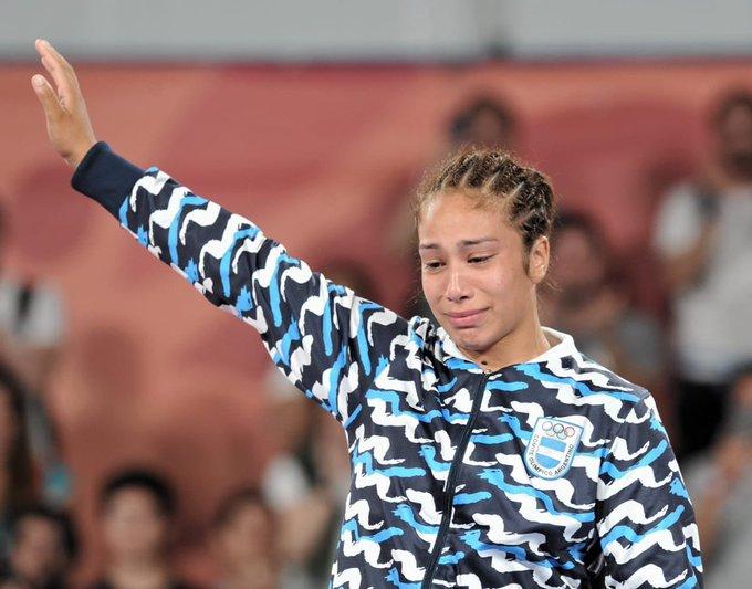 Linda Machuca, oriunda de José C. Paz, obtuvo la medalla de plata en lucha (categoría hasta 73 kg). ¡Chapeau! (Foto @PrensaCOA) Foto