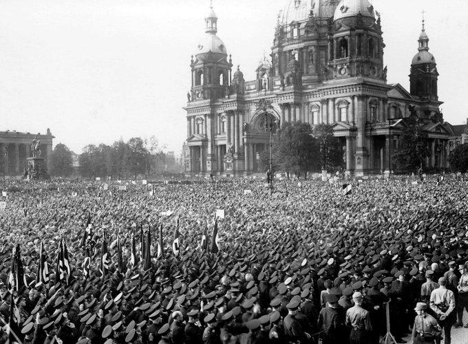 Drölfzilliarden Demonstranten in Berlin. Ein Volk, eine Bundesrepublik, eine Kanzlerin, #unteilbar #UnteilbarDemo Foto