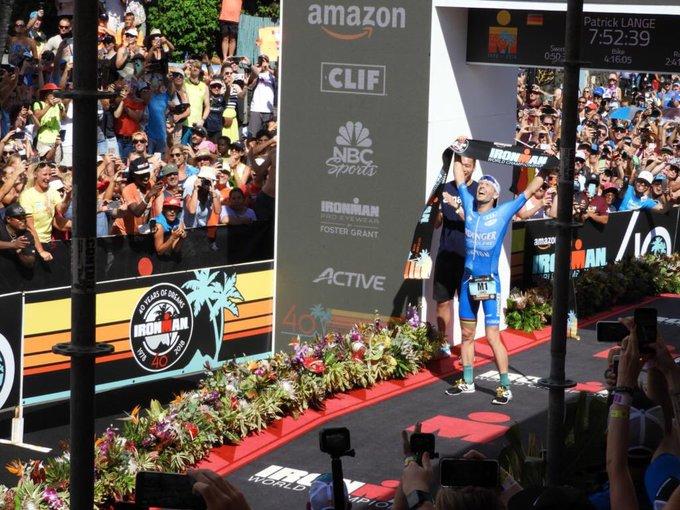 ¡Brutal! El Alemán 🇩🇪 @PatrickLange1 repite como campeón del mundo en el #IronmanHawaii, Sub-8 batiendo su propio récord y si no fuera poco, le propone matrimonio a su novia poco después en la meta. ¡Así o más crack! Gracias deporte por momentos como estos 🙌🏼😍. #IronmanKona Foto