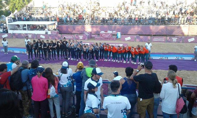 """#BeachHandball La arquera de las @KamikazesBH, Rosario Soto, sintetizó la voluntad colectiva que llevó a las chicas argentinas a ser campeonas olímpicas. """"Ganarle al campeón del mundo fue increíble, pero necesitábamos ganar la medalla de oro"""". 👉 Foto"""