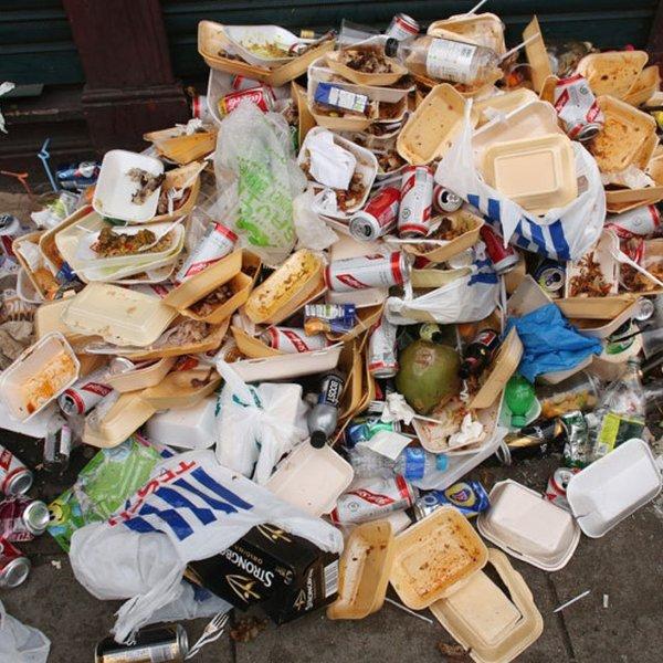 Lebensmittelver(sch)wendung: In DE werden jährlich 16 Millionen Tonnen (ca. 1/3) brauchbare Lebensmittel in die Mülltonne oder ins Klo für die Ratten geworfen- Anders als in Frankreich gibt es hier keine verbindlichen Regeln für die Verwendung überschüssiger Lebensmittel: FGZ. Foto