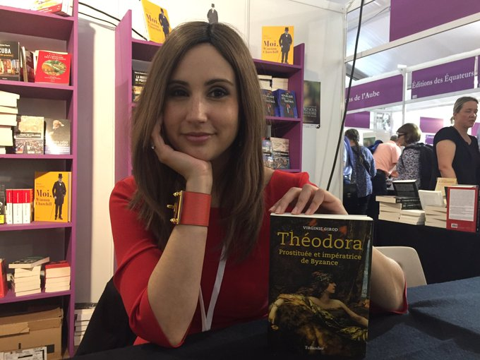.@Virginie_Girod dédicace son livre «Théodora» au salon des #RVH2018. Photo