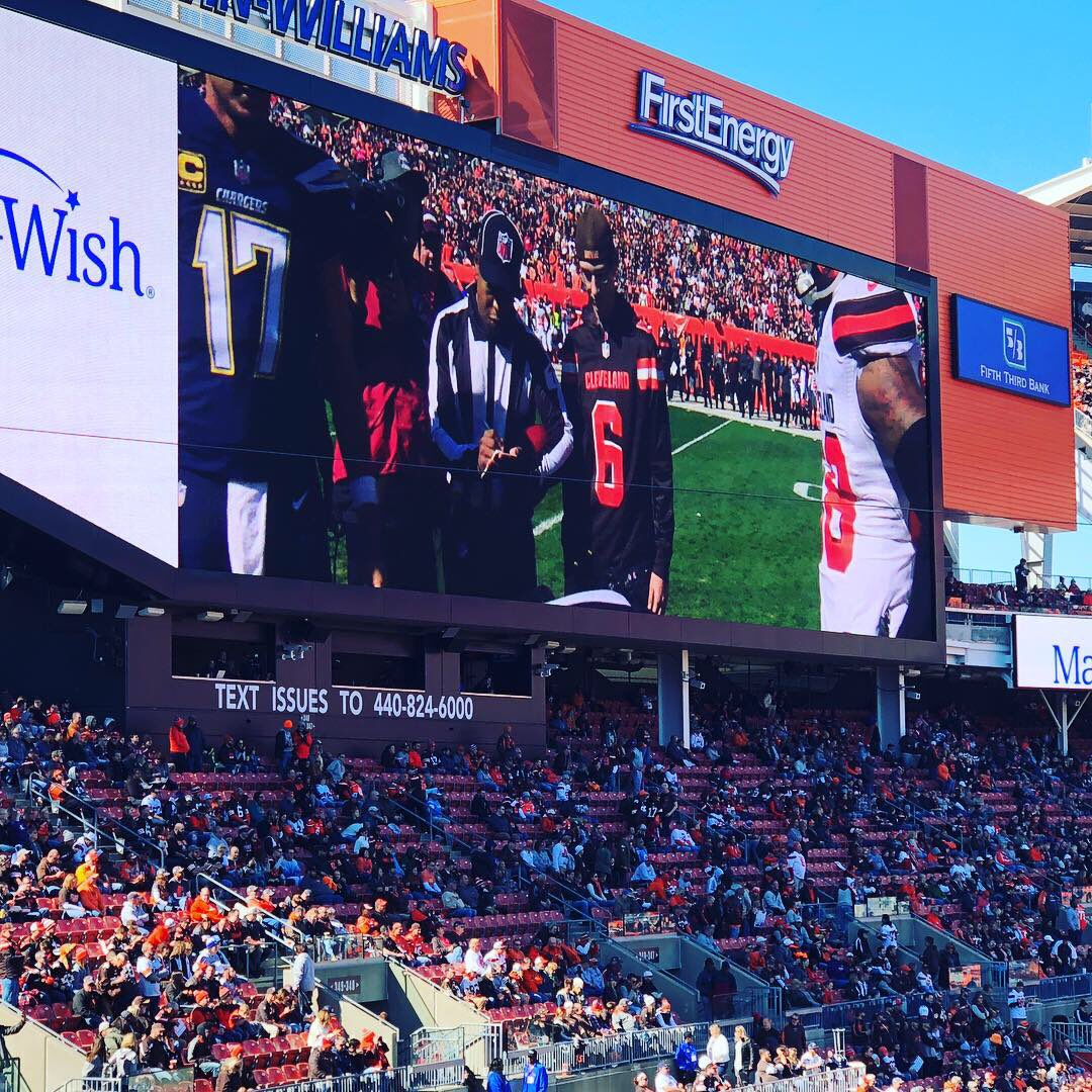 Former Wildcat, Mason Bloom serving as the honorary coin flip captain for the Cleveland Browns! #WildcatPride<br>http://pic.twitter.com/QvFU2yhYf5 &ndash; à FirstEnergy Stadium