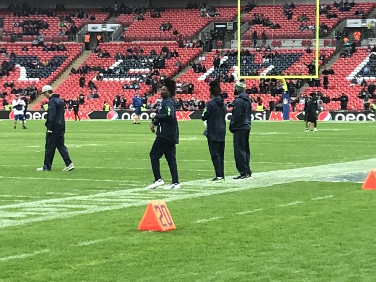The Griffin Brothers... and Shaquem talking to Kam Chancellor pregame #SeahawksInLondon #Q13FOX<br>http://pic.twitter.com/Ttjf9z6fco
