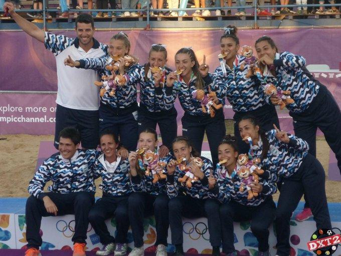 👉 EL BEACH HANDBALL PROVOCÓ EL DELIRIO ➡La Selección argentina de Beach Handball llevó la bandera celeste y blanca al podio tanto los varones, que lograron la medalla de bronce, y las Kamikazes que festejaron con la dorada. ➡Nota opinión: 🇦🇷👏 Foto