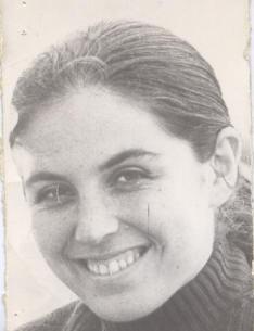 Ella es Diana Arón, periodista, detenida desaparecida en 1974. Estaba embarazada al momento de su detención, fue herida a bala y luego torturada por  #Krassnoff, siendo condenado por ello a 15 años. A ese hombre, condenado a más de 600 años, el Ejército le hizo un homenaje.