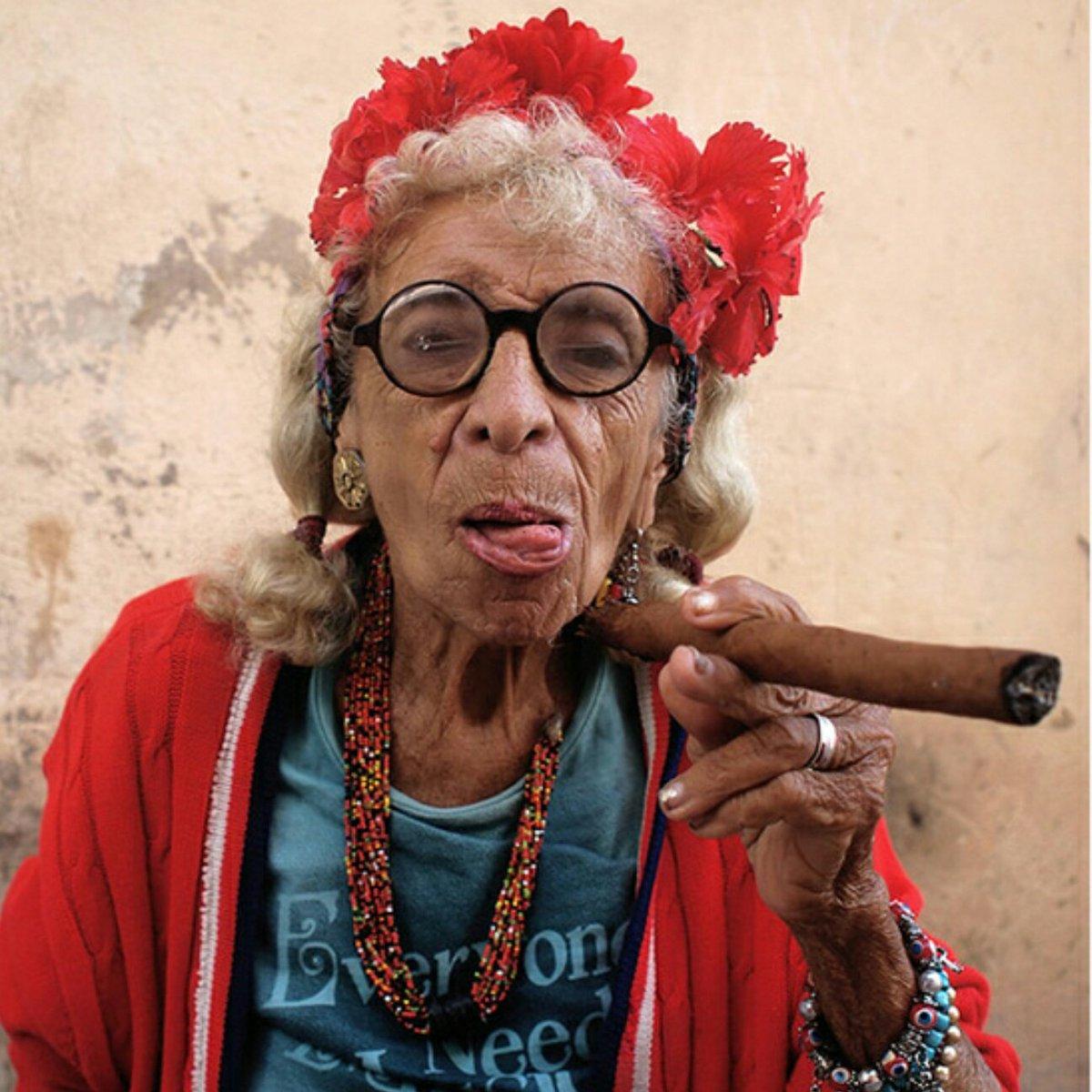 фото курящих старых дам - 4