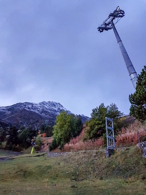 💥❄️ Bona setmana! Finalment els cims a partir de 2400m han aparegut nevats☃️  Mans a l'obra, hem d'acabar un telecabina 😀✊🏻✊🏻✊🏻  #andorra #ordinoarcalis #andorralovers #arcalis