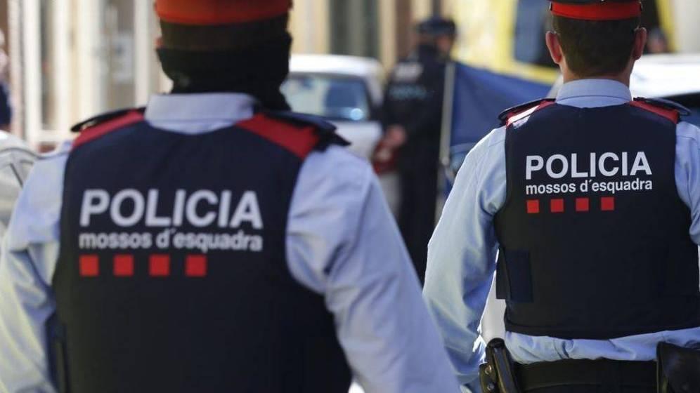 #ÚLTIMAHORA 18 personas heridas, dos de ellas en estado crítico, por un incendio en una vivienda en Barcelona https://t.co/69Wwz83Lbw