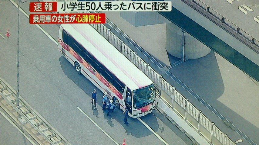 画像,大阪市鶴見区・近畿自動車道・乗用車が分岐部分の壁に接触した後、観光バスと衝突。観光バスの京都市の小学生にケガ人は無い模様。 #近畿自動車道  #観光バス  #衝…
