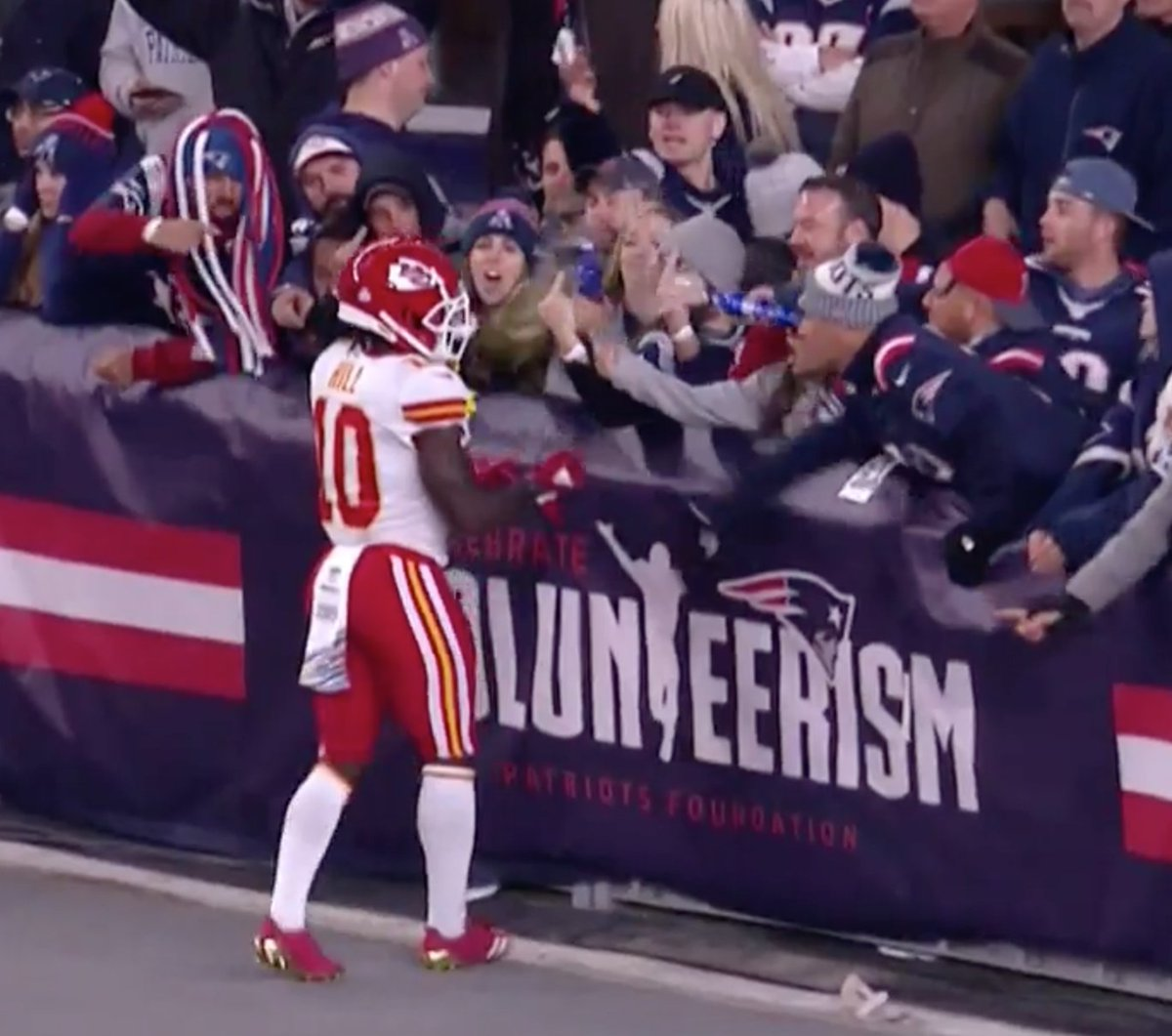 Patriots fans spray Tyreek Hill with beer in face after touchdown