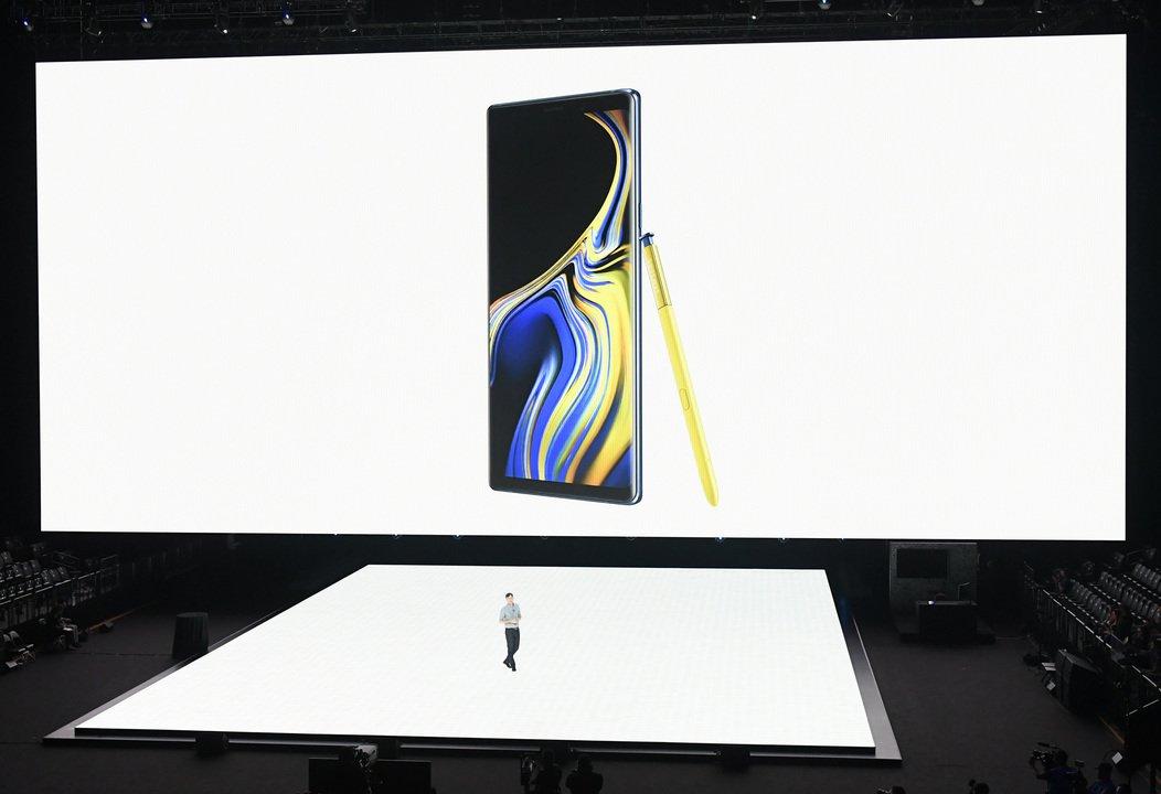 11月にお披露目? Samsungの折り畳みスマホのコンセプトは「ポケットに入るタブレット」 #スマートフォン #Android #企業 #テクノロジー #Samsung https://t.co/7Q8a8EozeI