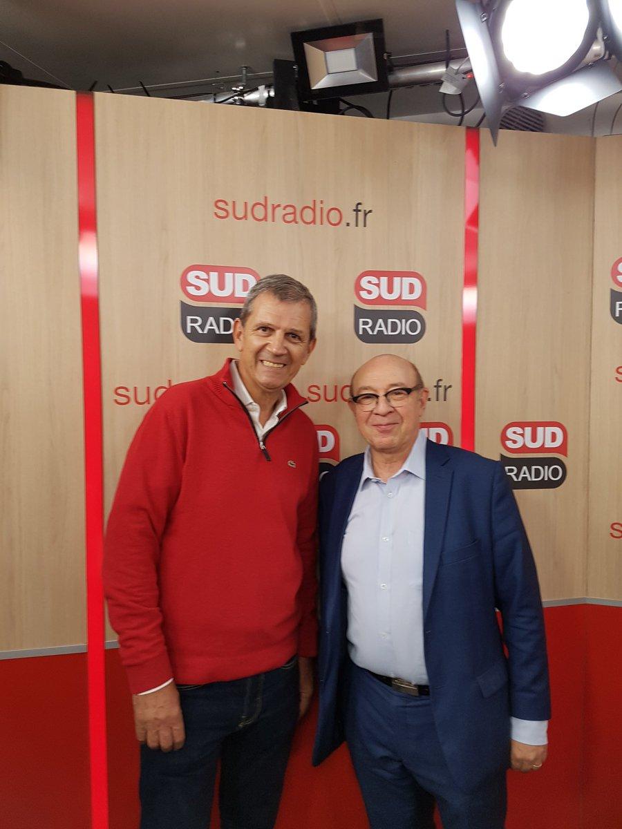 🗝 Aujourd'hui le célèbre #journalistesportif @patrickchene est l'invité de l'émission #Lesclefsdunevie avec Jacques Pessis pour nous présenter son nouveau livre #Stade2 aux @EditionsPlon ! 📺📖🎙🚲➡️En direct sur http://www.sudradio.fr à 13h ! 📻