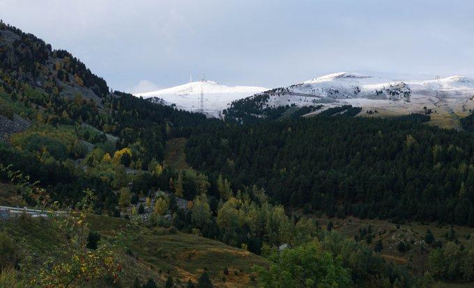 Este otoño no solo nos regala toda una gama de ocres, amarillos y morados, también nos regala montañas blancas!  😱🤟❄️ #OtoñoMolón #LlegaLaNieve #MomentosAramón