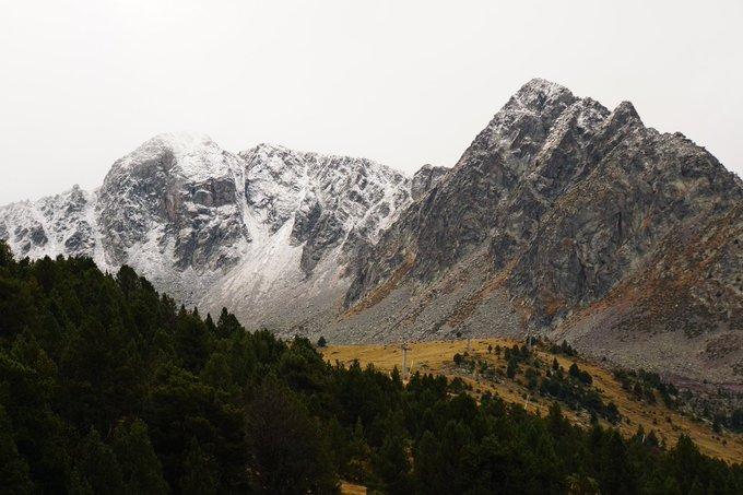 |#Meteo| 15.10.18 Nova polsarrada a les cotes altes d'#Andorra  Els cims de Montmalús, Bony 'Envalira, La Menera i PAssons tenen ja aquesta pinta! 😍  📍Circ de Pessons | Grau Roig | @grandvalira