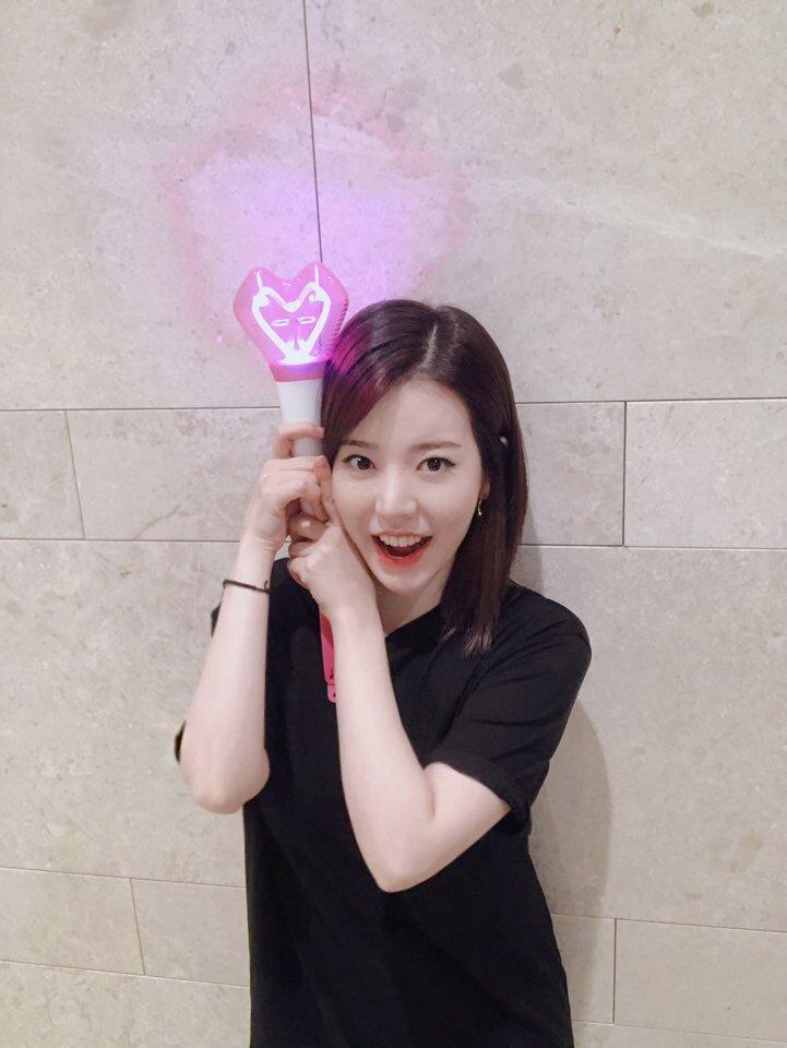 써니가 소녀시대 응원봉을 들고 여러분께 보내는 반짝이고 큰 하트~💖 잘 보이시나요?  #써니 #SUNNY #소녀시대 #GirlsGeneration