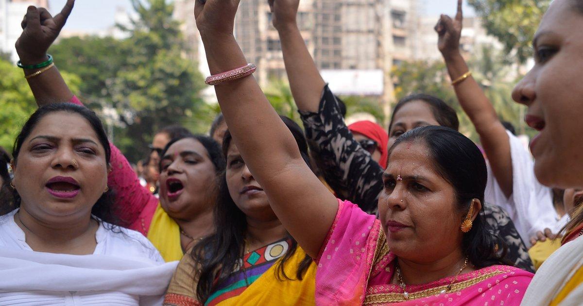 마침내 인도에서도 '미투' 폭로가 봇물 터지듯 쏟아지고 있다 : 나는 대학교수가 '에세이는 여성의 몸 같아야 한다'(깊이 들어갈수록 더 흥미로워진다)고 했을 때도, 조용히 고통받고 그 말을 잊기 위해 노력했다. 가슴 저미도록 익숙한 일이었다. https://t.co/1KzWE7hc8D