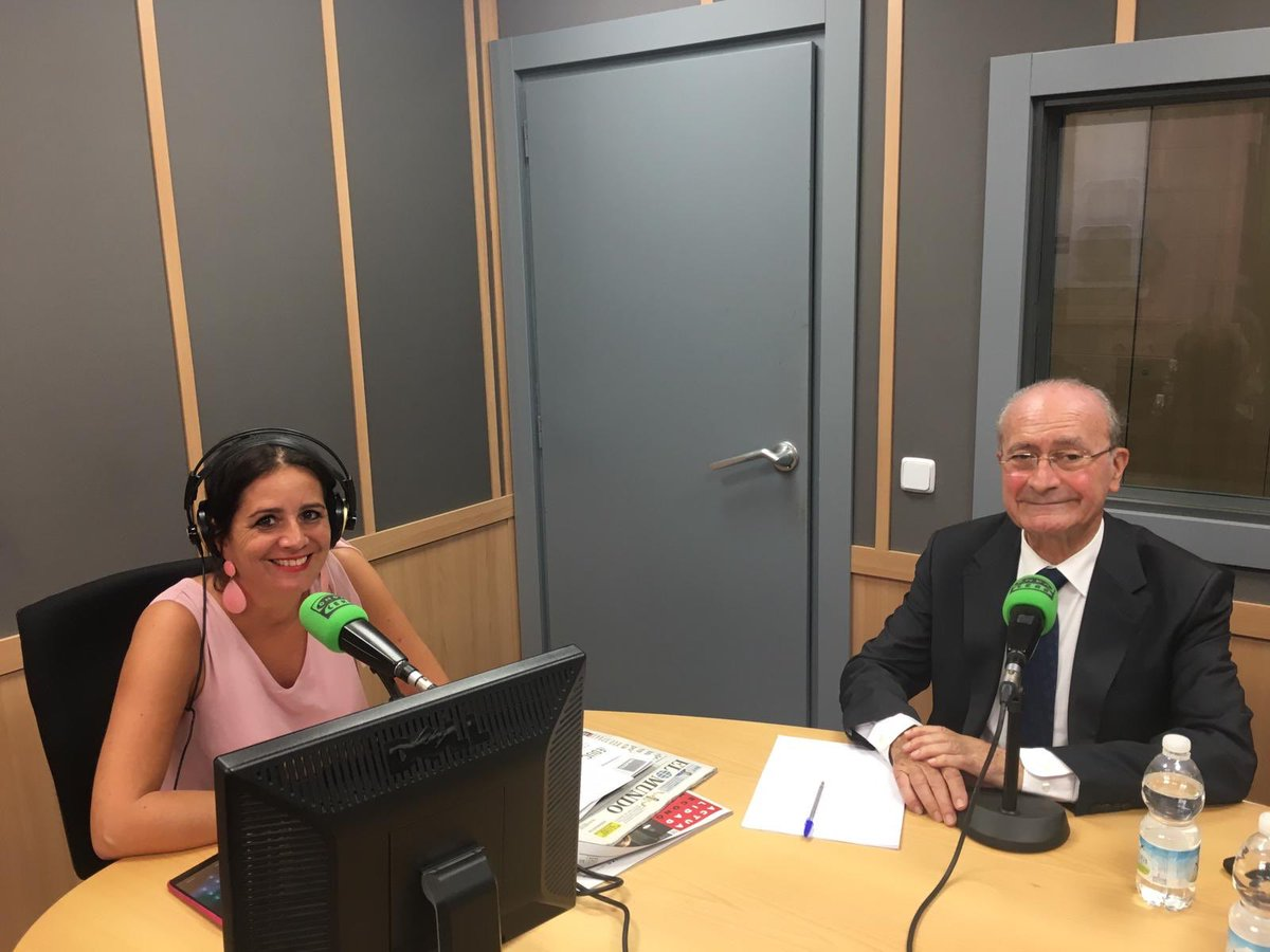 El alcalde, @pacodelatorrep, atiende ahora a los oyentes de #Málaga en la onda de @OndaCeroMalaga (90.8 FM) ondacero.es/emisoras/andal…