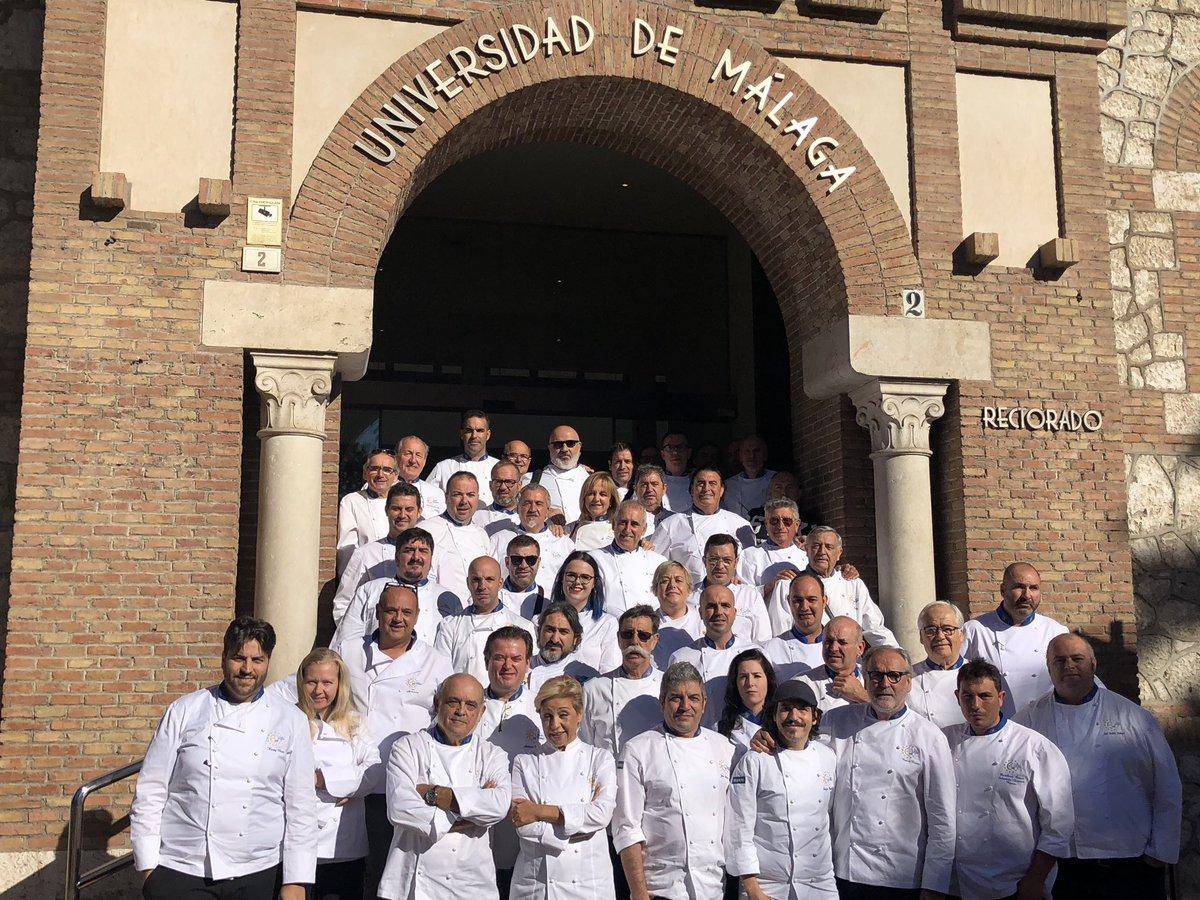 9ª Asamblea de  #eurotoquesandalucia en Malaga. Foto de familia en la  @InfoUMA con la  @AlcazabaMalaga como fondo y con el apoyo y el Patrocinio de  @diputacionMLG  @SaboraMalaga  #elsaborquenosune  #eurotoquesandalucia  #eurotoques  #sociosactivoset  #asambleaset  #asambleaetandalucia