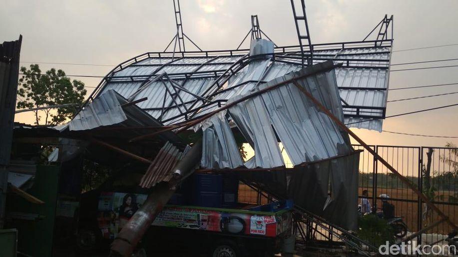 Bojonegoro Dilanda Hujan Angin Kencang, Pohon dan Reklame Tumbang https://t.co/BfaQuesVil https://t.co/in9hlfHJGH