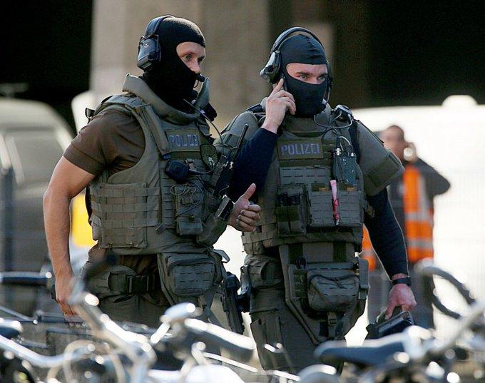 Niemcy #Merkel Nieładnie ! Zamiast uściskać i wysłać do psychiatry, niemiecka policja ciężko raniła osobnika który wziął zakładników w aptece na dworcu w ubogaconej kulturowo Kolonii. Gdzie dialog, gdzie tolerancja, gdzie międzykulturowe zrozumienie @Amb_Niemiec ? #Breslauerplatz Fotoğraf