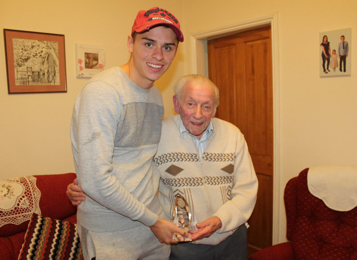 🏆 @georgedobson97 visited lifelong #Saddlers supporter Jack Huskisson earlier today to present him with his Fan of the Season trophy!