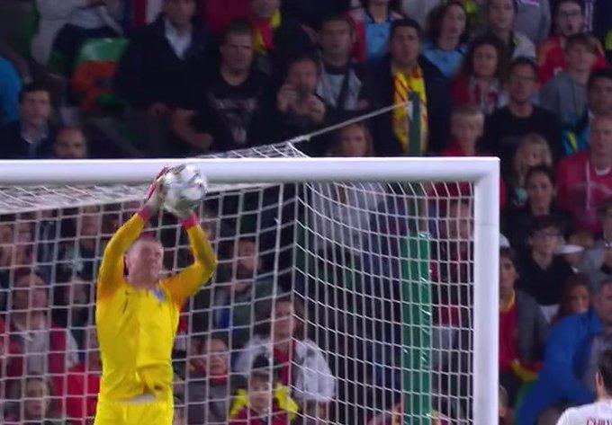 ¡PICKFORD DE NUEVO! Disparo lejano de Alcácer que puso en apuros al portero inglés. Minuto 79, España 1-3 Inglaterra. #NationsLeague Foto