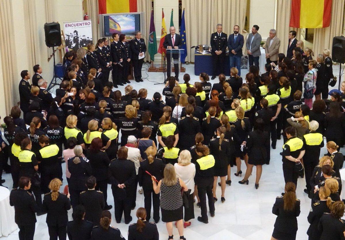 El alcalde, @pacodelatorrep, junto a miembros de la Corporación, ha asistido esta tarde a la recepción a las mujeres de diferentes cuerpos de seguridad del país que participan en un encuentro en #Málaga