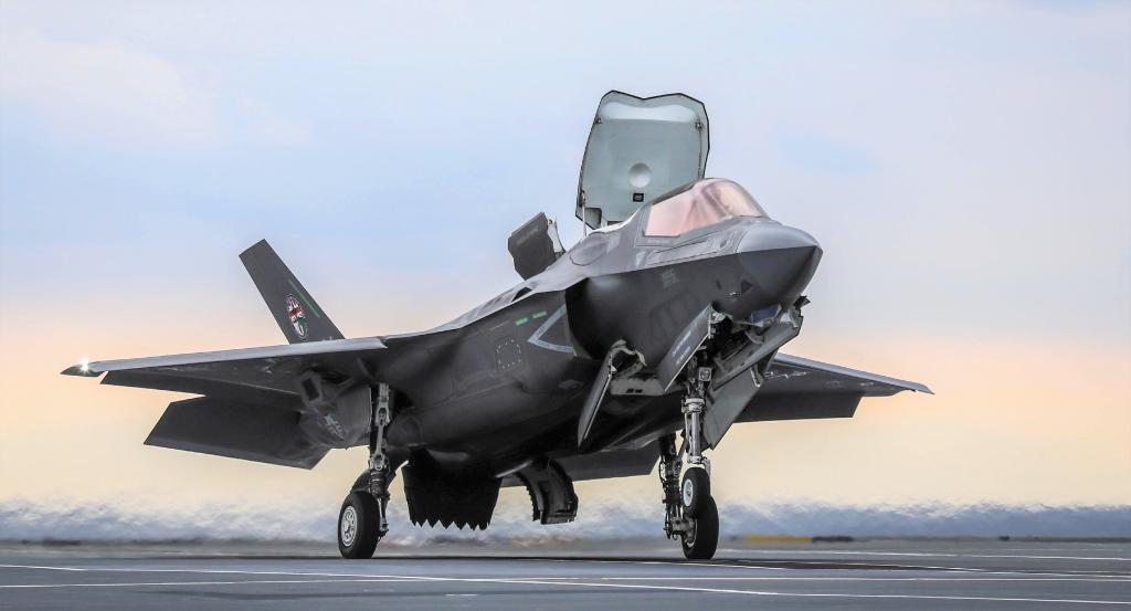 #ICYMI: The @RoyalNavy and F-35B made history aboard the @HMSQnlz, executing a first-ever shipborne rolling vertical landing. Now that&#39;s #MondayMotivation.  https:// lmt.co/2EmuF81  &nbsp;  <br>http://pic.twitter.com/3kledAs7r1