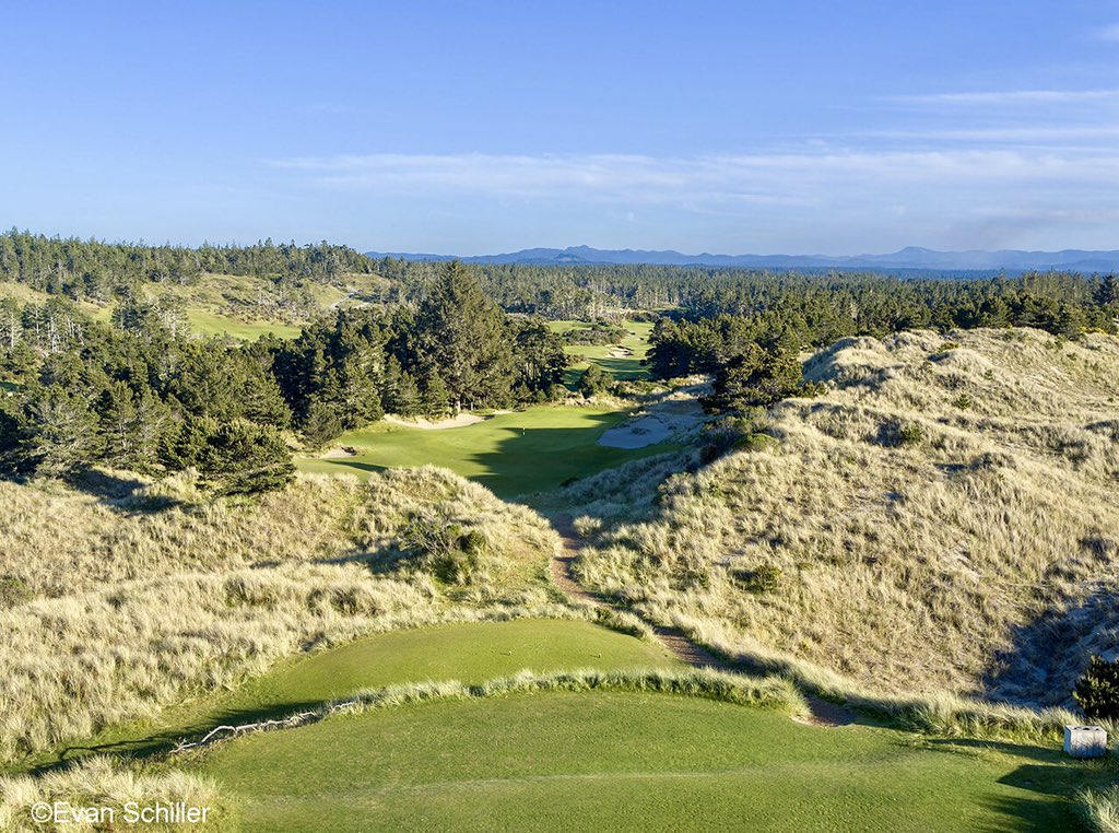 No shortage of great par 3's at Bandon Trails including the down hill 2nd with the green set amidst the large dunes. A @coorecrenshaw gem @BandonDunesGolf #bandondunesgolf #tuesdaytreat