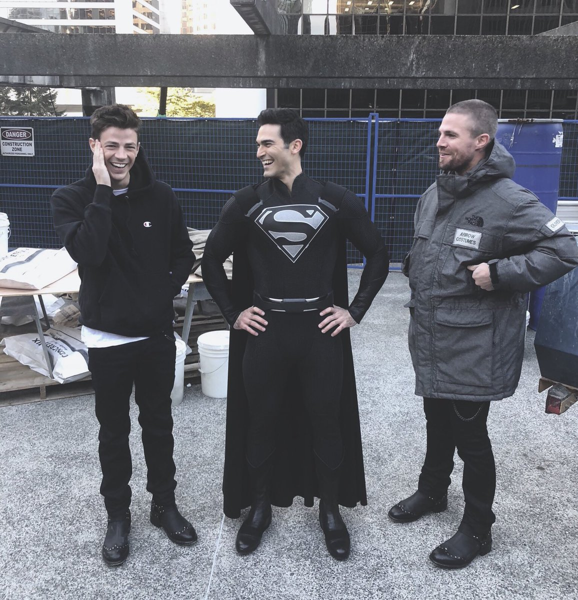 cw is actually giving us black suit superman wtfff dceu PLEASE take notes freaks