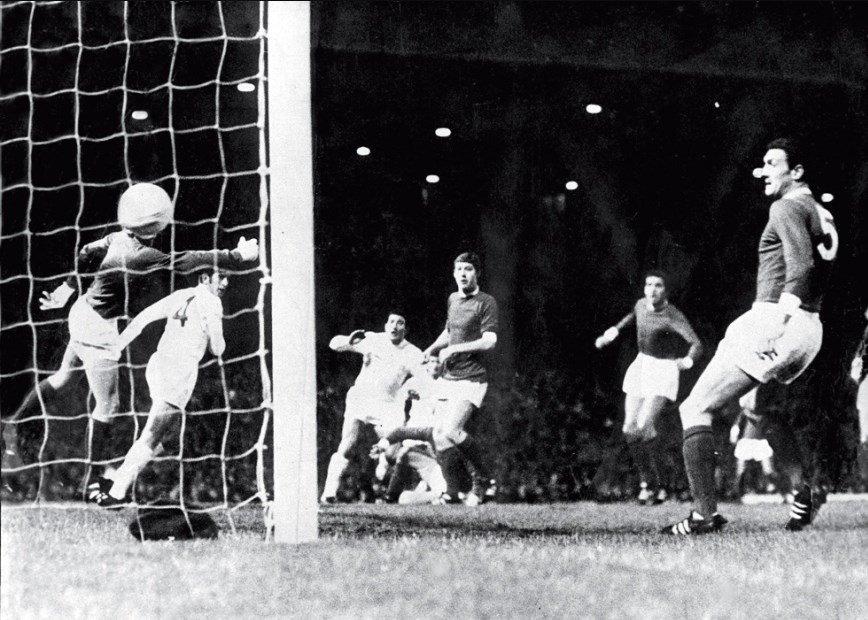 ¡El gol inmortal de La Bruja cumple 50 años! Juan Ramón Verón metió la cabeza y Old Trafford enmudeció. Fue un 16 de octubre de 1968, cuando el Estudiantes de Zubeldía ganó la Intercontinental. Tras el 1-0 en la ida, el 1-1 en Inglaterra le dio el título ante el Manchester Utd.