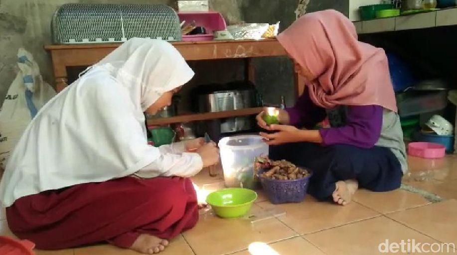 Ini Keseharian Anak Asuh Ipda Rochmat, Bantu Jualan Hingga Ngaji Bareng https://t.co/o2K9vyBT8Z https://t.co/JiSZ9NyWJA