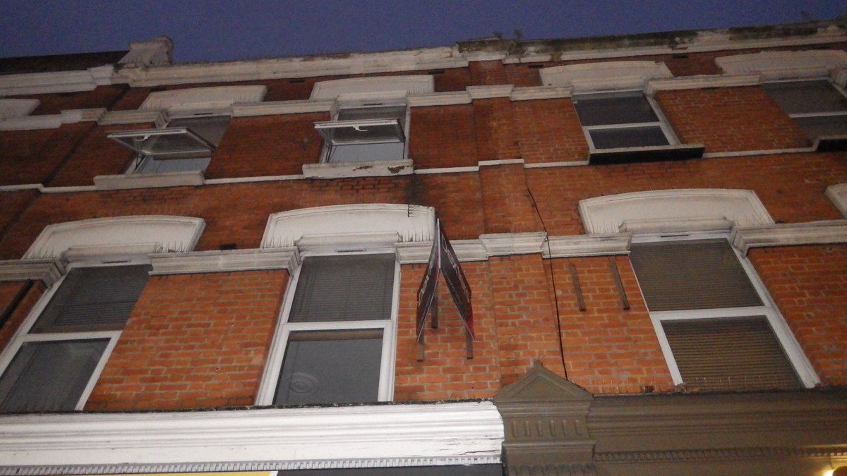 Four fire engines attended a fire in #Chiswick Half of a ground floor bedsit was damaged in the blaze. https://t.co/190Pnls4FU
