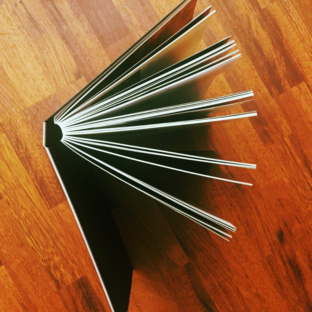 """La #reliure suisse vous connaissez ?   Le bloc des pages collé en troisième de couverture permet une souplesse et une ouverture optimale du livre à 180 degrés, un procédé utilisé dans """"Monastères d\"""