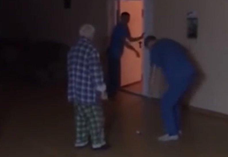 Пожилой пациент умер после издевательств санитаров  https://t.co/dlBVIGsLj0