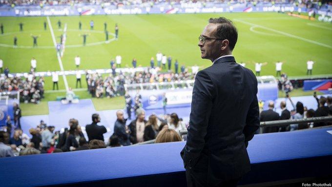 Frankreich und Deutschland beugen sich dem Terror nicht. Schaue mir mit @JY_LeDrian im Stade de France das Spiel an. Hier begann vor drei Jahren eine Serie furchtbarer Terrorakte. Wir werden das nie vergessen. Ebenso werden wir uns unsere Lebensweise nie nehmen lassen. #FRAGER Foto