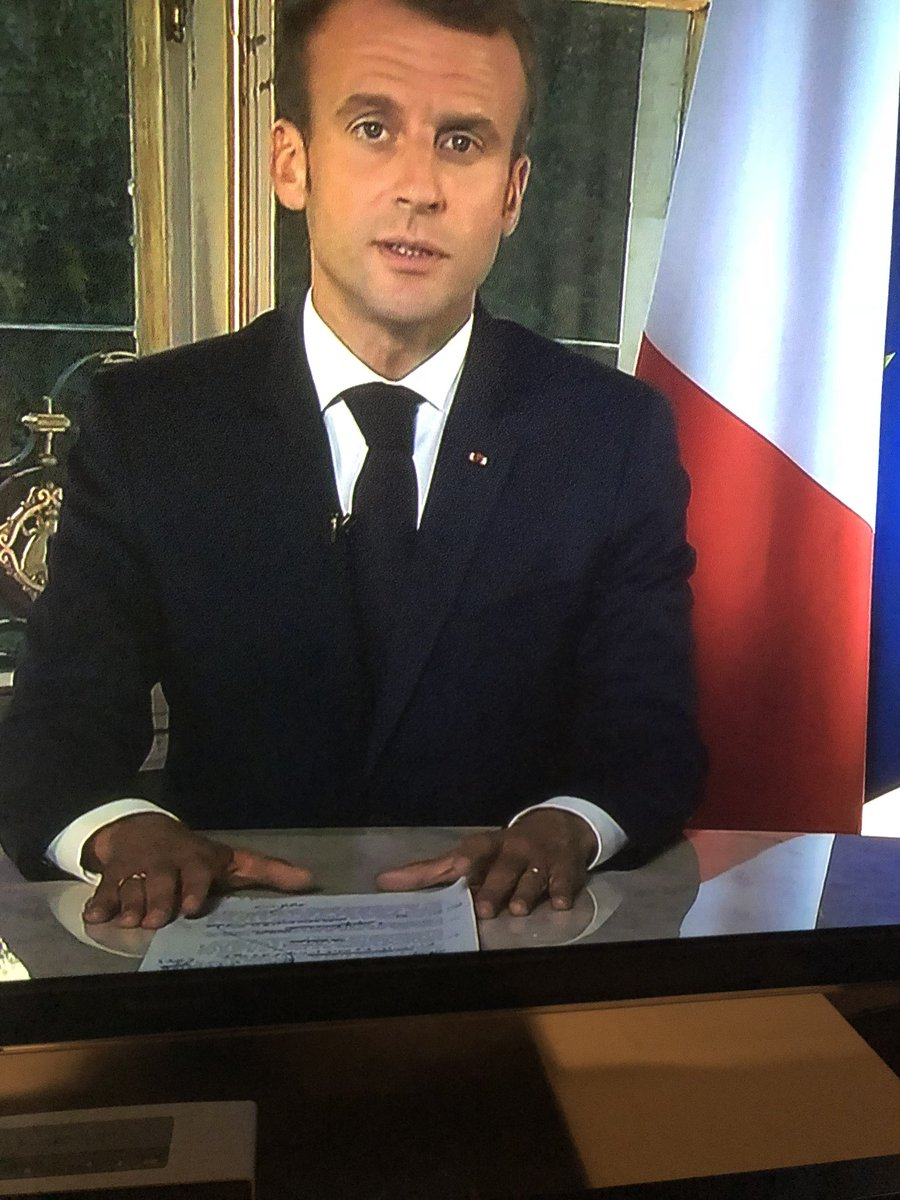 🇫🇷 Bizarre Intervention Macron on voit au premier plan une feuille raturée style brouillon de notes