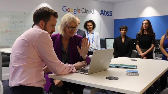 Die britische Staatsministerin für die Digital- und Kreativwirtschaft Margot James testet das M...