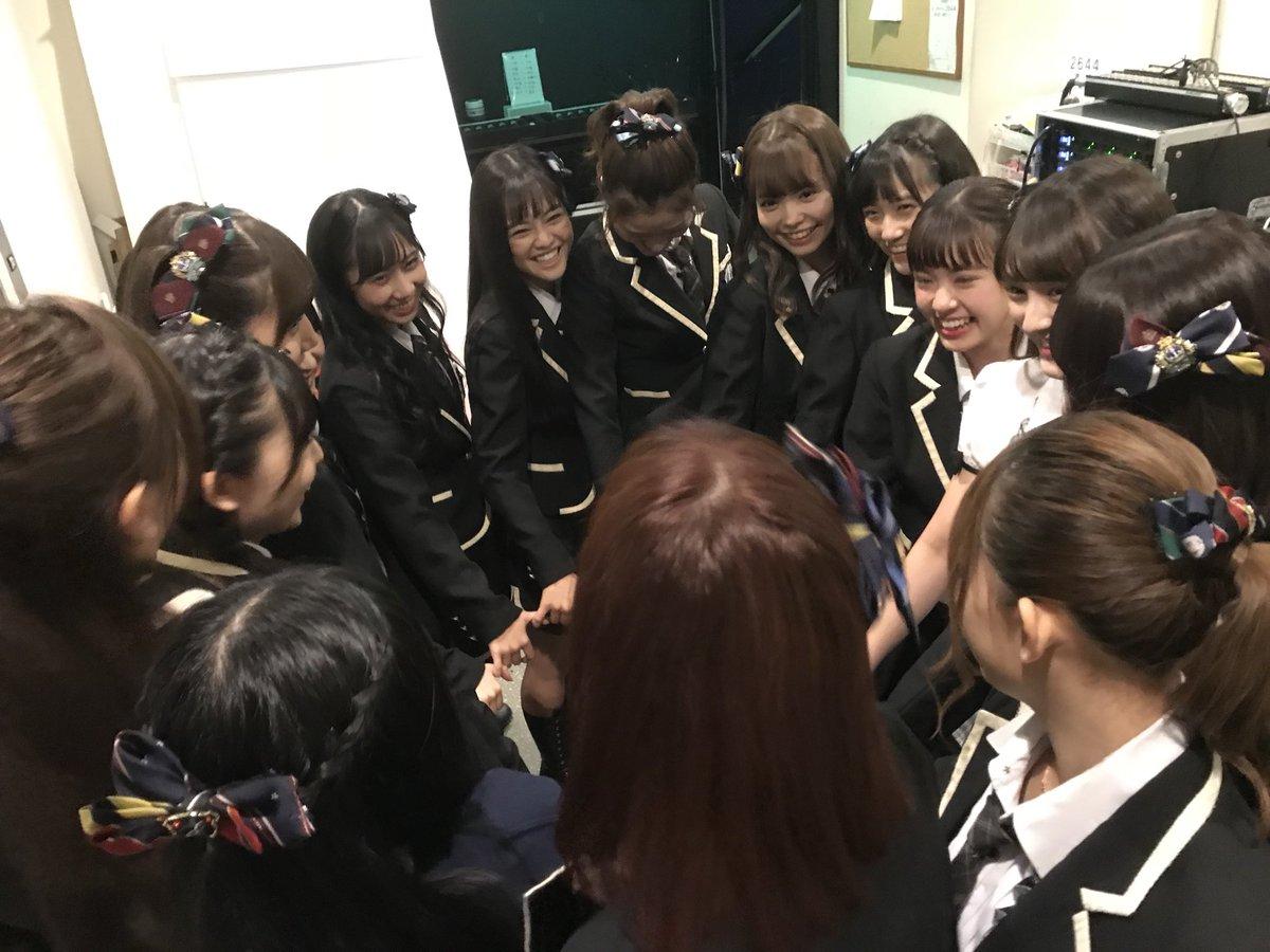 円陣を組むHKT48のメンバーたち
